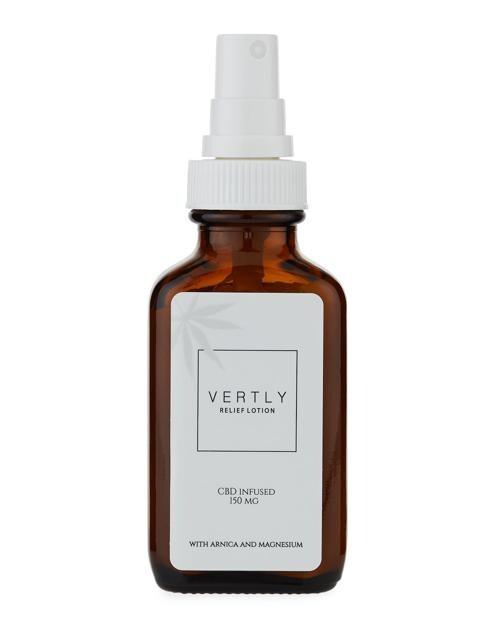 Vertly Hemp CBD Infused Relief Lotion, una lozione a base di cannabinoidi, fiori di arnica, magnesio e menta che infresca la pelle lasciandola morbida e setosa.