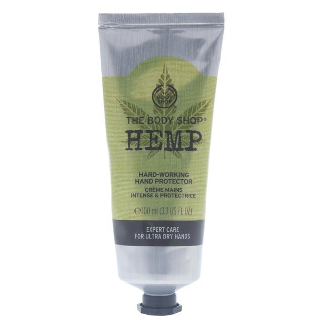 The Body Shop's Hemp Hand Protector nella formula l'olio di canapa per bloccare l'umidità e formare una barriera contro gli agenti esterni per avere mani morbide e protette.