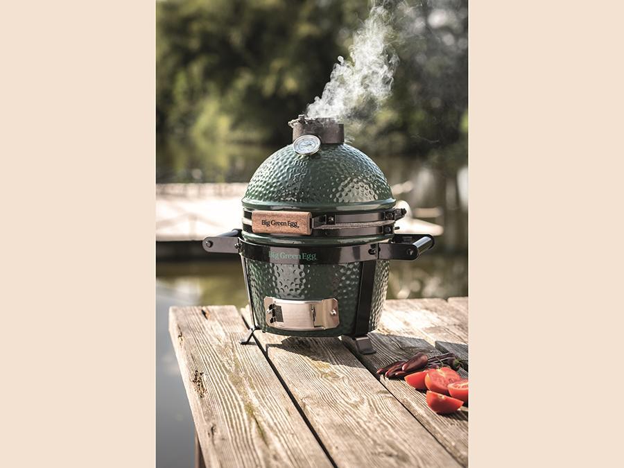 Big Green Egg, versione Mini, distribuito in Italia da Kunzi spa. Strumento per il barbecue e le cotture all'aperto che consente di grigliare, cuocere, stufare, affumicare, eseguire una cottura lenta ideale per carne, pesce, pane, pizza, dolci e vegetali.