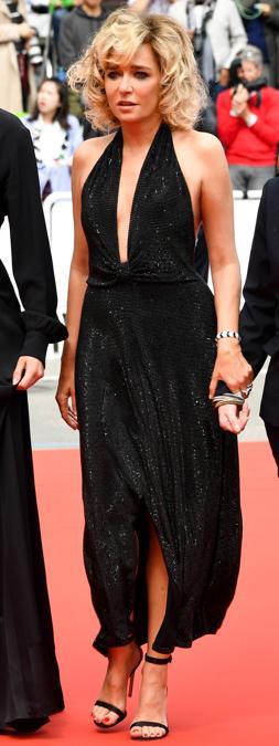 Il red carpet della sesta serata: Valeria Golino in Giorgio Armani
