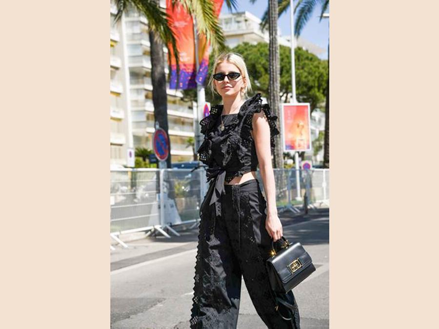 Caroline Daur indossa un top nero con pantaloni abbinatidella collezione SS19 Alberta Ferretti  e la borsa Alberta Ferretti