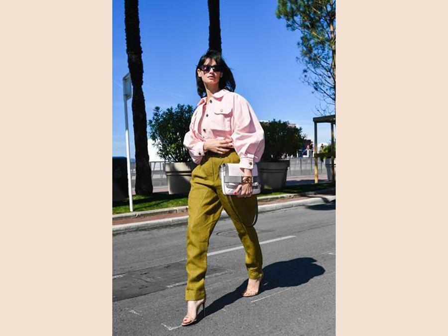 Francesca Chillemi indossa una giacca in denim rosa e pantaloni kaki della collezione SS19 di Alberta Ferretti e la borsa Alberta Ferretti