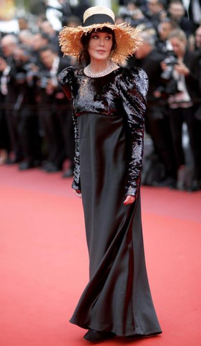 Il red carpet della settima serata del festival ha ospitato anche tre signore del cinema francese: fra loro Isabelle Adjani in Alexandre Vauthier