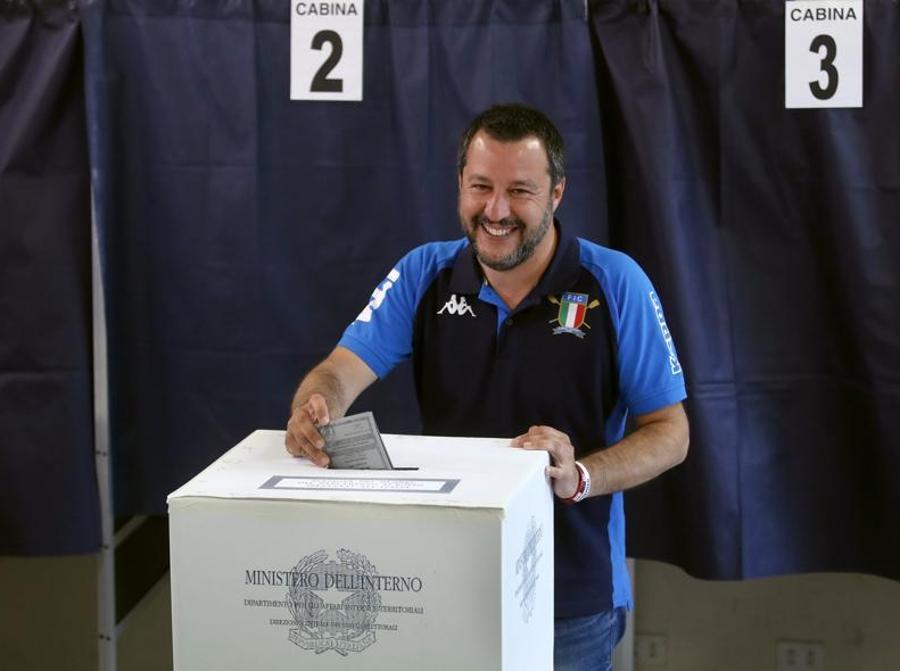 Il ministro dell'Interno e leader della Lega, nel suo seggio di Milano