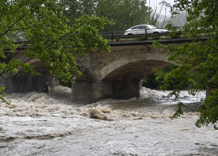 Maltempo, fiumi in piena per le forti piogge nella foto la piena del fiume Bidente, un'ambulanza passa su un ponte con il fiume in piena . (IPP/Albano Venturini)