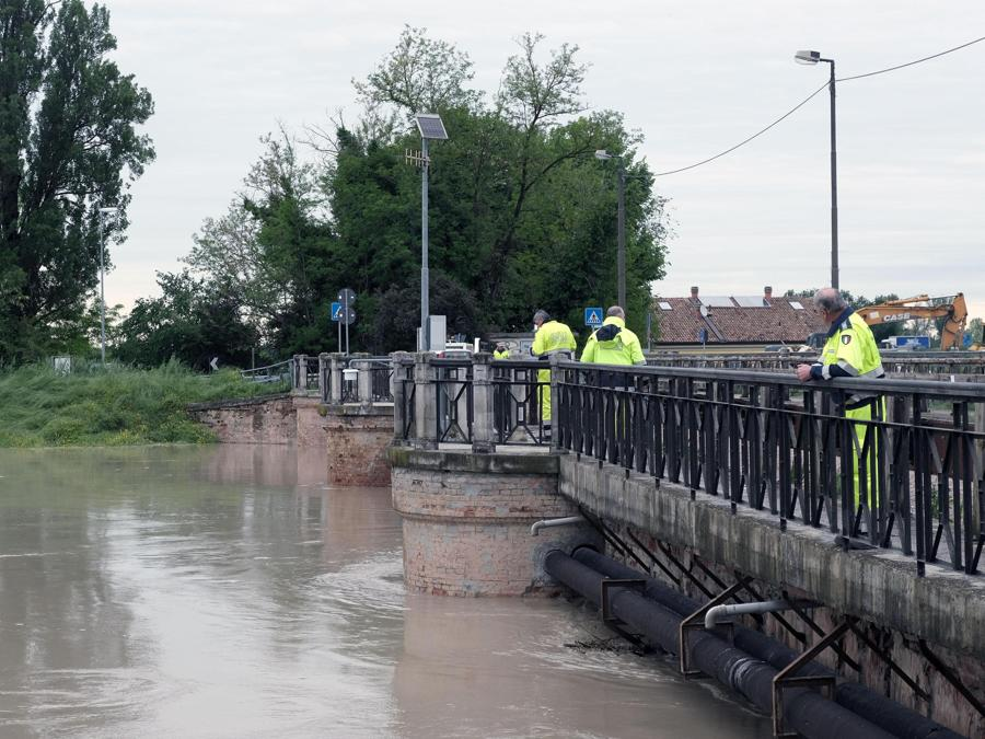 Il transito della piena del fiume Secchia nel modenese a Ponte Alto chiuso al traffico. (ANSA/ELISABETTA BARACCHI)