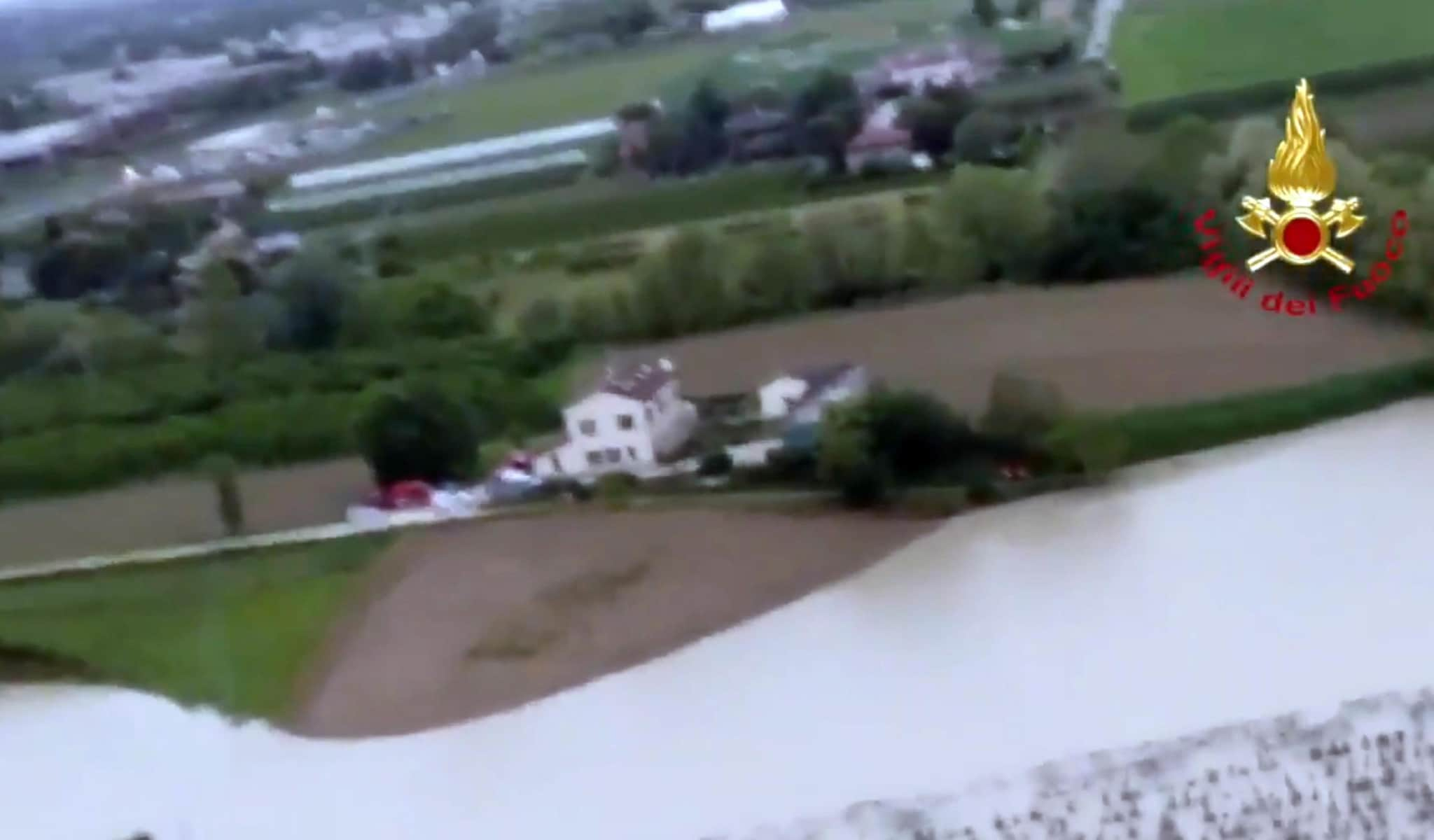 I vigili del fuoco controllano dall'elicottero l'evolversi della piena del fiume Savio in provincia di Forlì-Cesena (ANSA/VIGILI DEL FUOCO)