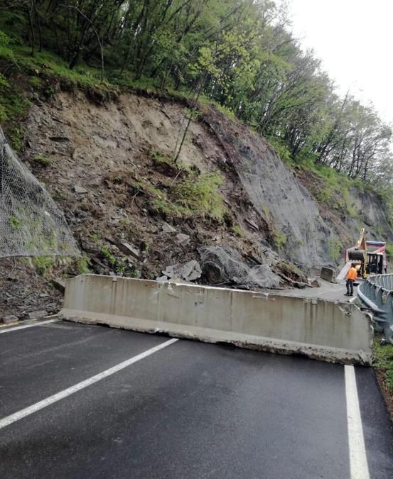 Il tratto della strada provinciale 324 del Passo delle Radici, tra Roncoscaglia e Sestola, al kilometro 43+800, chiusa a causa del cedimento di una gabbionata di contenimento per il fango e detriti franati per il forte maltempo. (ANSA/ UFFICIO STAMPA)