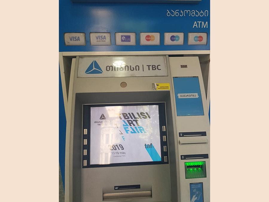 Marketing virale della fiera sui monitor dei bancomat di Tblisi.