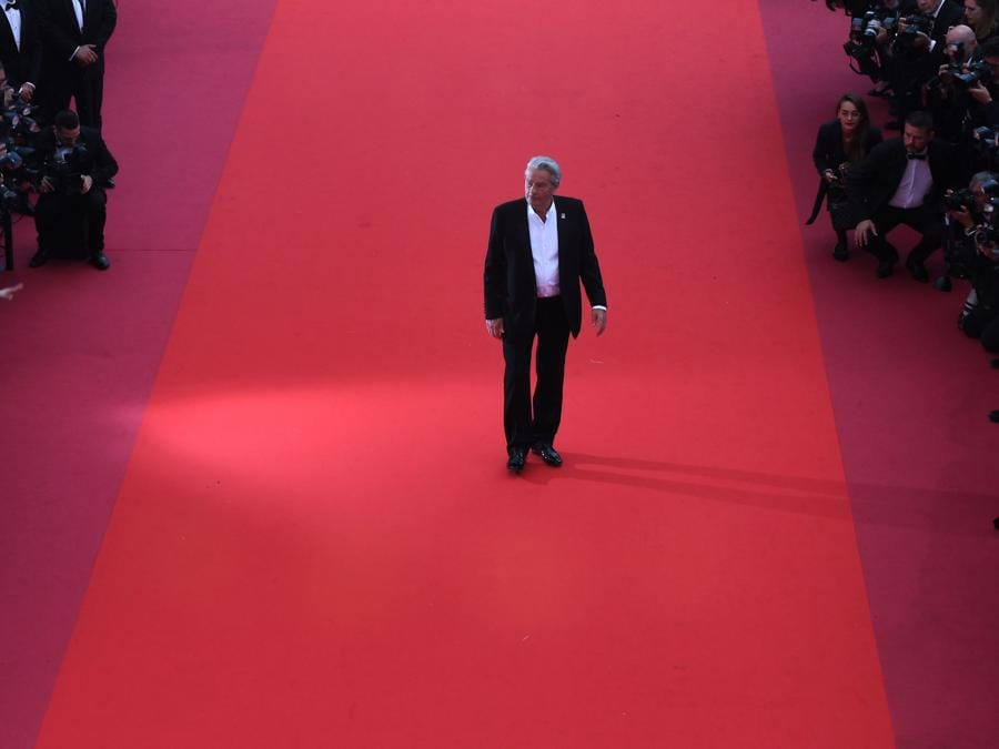 Alain Delon sul red carpet di Cannes, dove ha ricevtuo la Palma d'Oro alla carriera (Photo by ANTONIN THUILLIER / AFP)