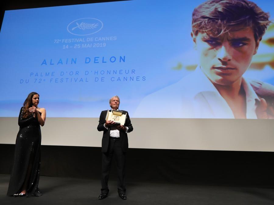 Alain Delon, con la figlia Anouchka Delon, riceve la Palma d'Oro alla Carriera. (Photo by Valery HACHE / AFP)