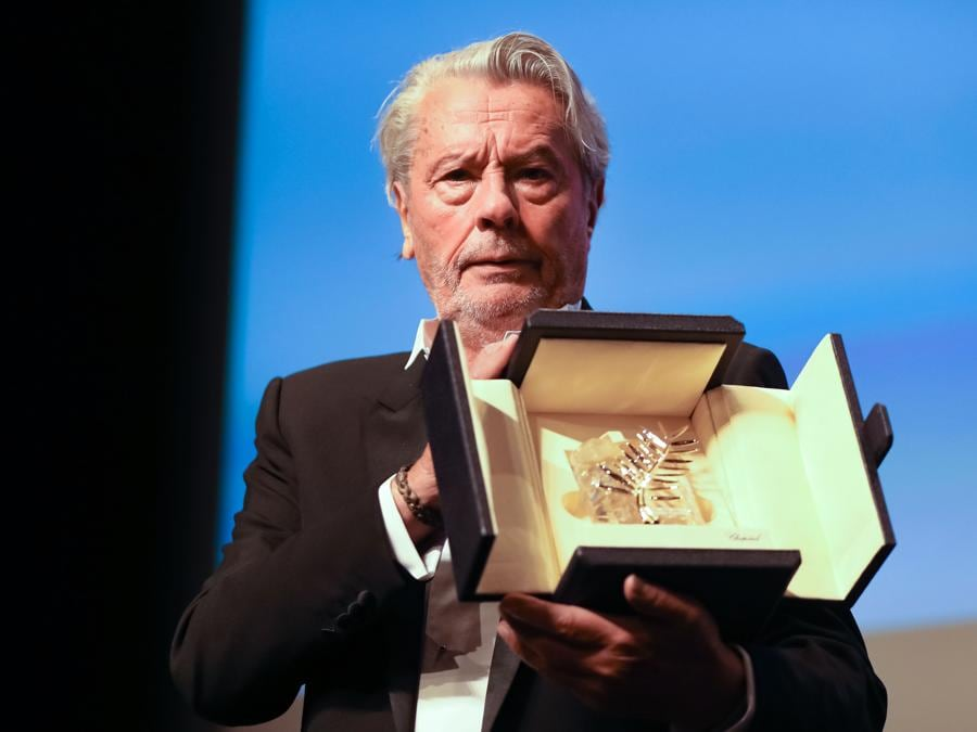 Alain Delon riceve la Palma d'Oro alla Carriera. (Photo by Valery HACHE / AFP)