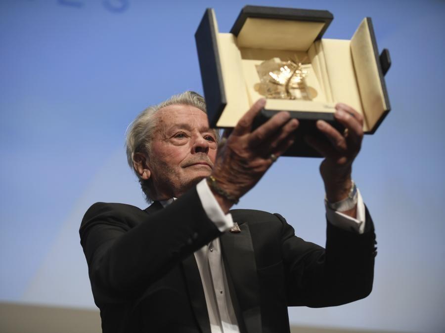 Alain Delon, con la figlia Anouchka Delon, riceve la Palma d'Oro alla Carriera. (Photo by Arthur Mola/Invision/AP)