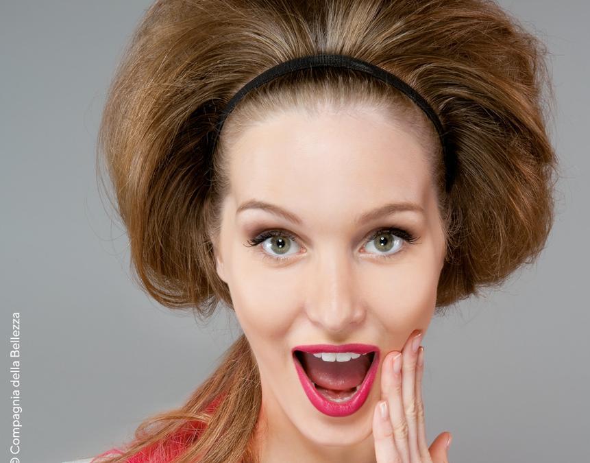Compagnia della Bellezza, capelli raccolti cotonati stile Brigitte Bardot