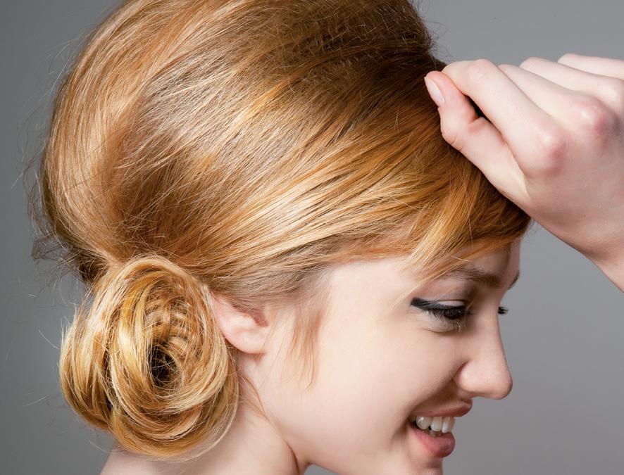 Compagnia della Bellezza, capelli cotonati con chignon basso
