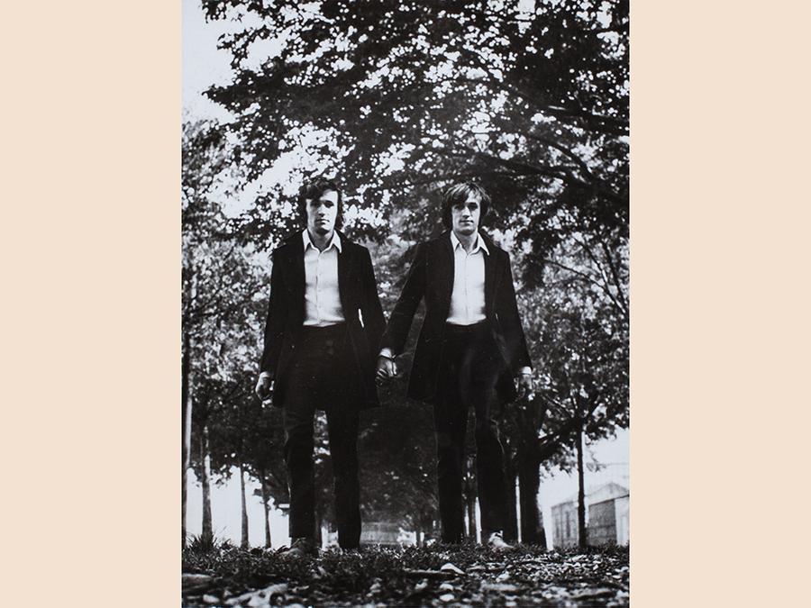 """Finarte Foto """"cult"""" formato cartolina è quella spedita da Alighiero Boetti a Plinio de Martiis, «I gemelli»del 1968, stimata 3.500-5mila euro e volata a 32.000 euro."""