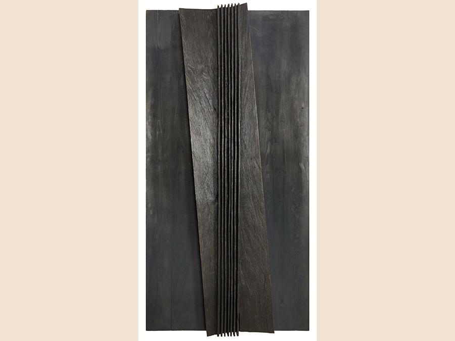 Art-Rite Auction House di Nunzio Di Stefano, «Senza titolo 1992», combustione su legno 193x100x12 cm, aggiudicata per 49.260 euro, contro una stima di 40-60mila euro