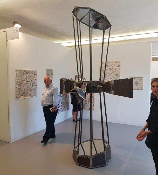 "Benji Boyadgian, ""Angularizing"" 2019. Acciaio, pietra di Gerusalemme, ossiadiana e materiali vari. 300x150x150 cm. Galleria Oktem Aykut. 65.000 euro"