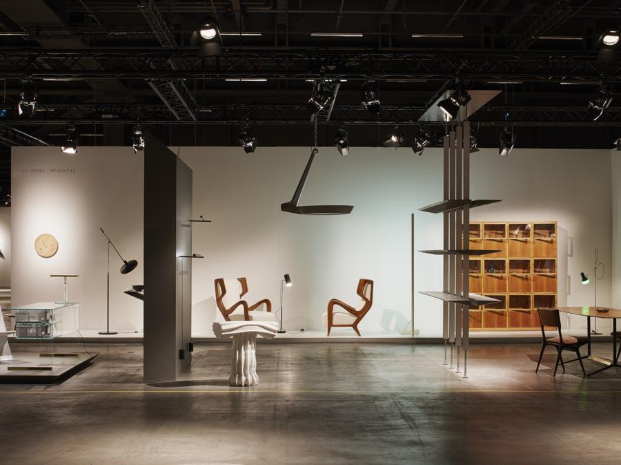 Lo stand della galleria Giustini/ Stagetti di Roma: tra i pezzi più richiesti una coppia di poltrone di Gio Ponti del 1949
