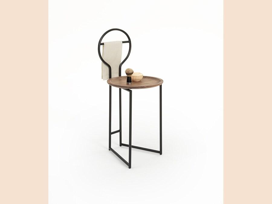 Colé, Joly, design Lorenz+Kaz. Sedoia-guardaroba, servomuto o seduta, a seconda della necessità. Struttura in metallo verniciato a polvere oro o nero con vassoio-seduta in noce naturale o imbottitura