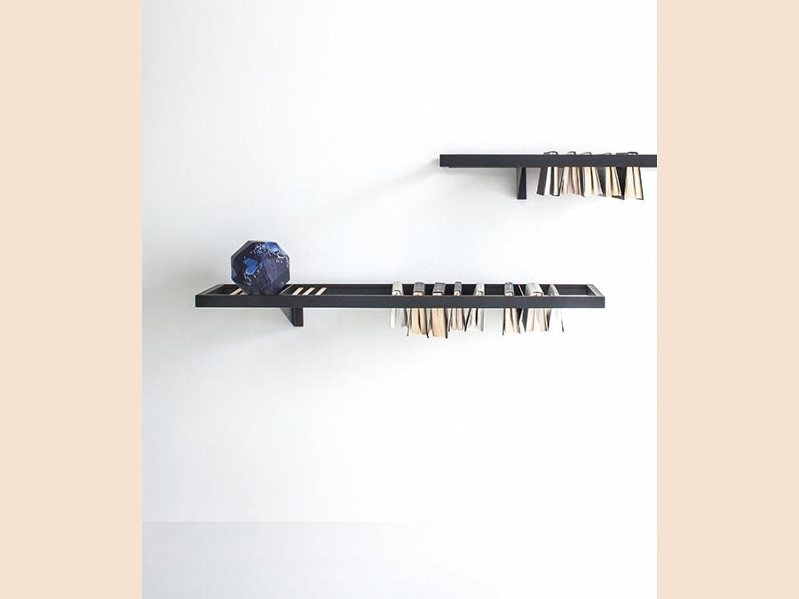 Lema, Booken, design Raw Edges. Il duo di designer britannici ha lavorato sul concetto di ibro come oggetto che, trasformando la sua funzione, si reinventa e diventa materiale; così Booken è contemporaneamente tavolino, mensola e libreria