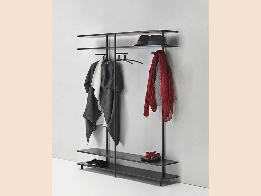 Living Divani, Aero V, design Shibuleru. Appendiabiti dall'eleganza basica che compone montanti e piani di appoggio verniciati nero, che fungono da porta scarpe e portacappelli