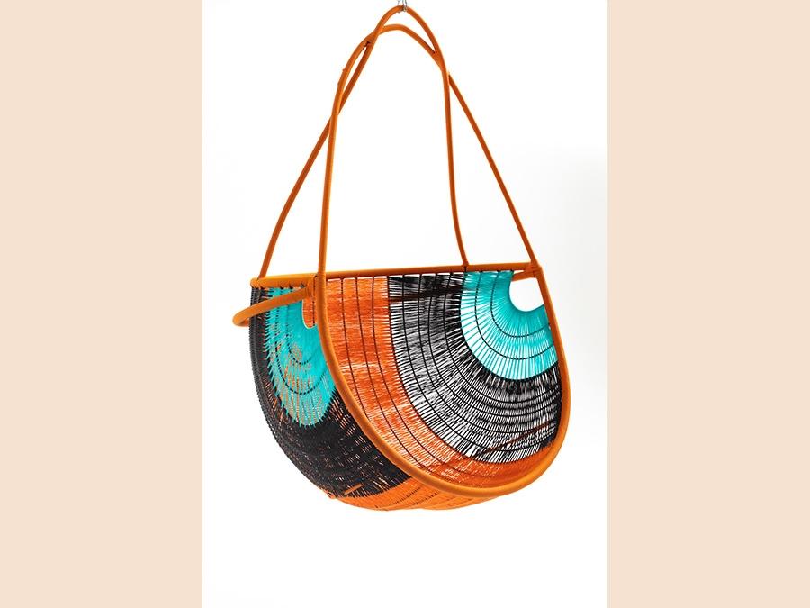 Moroso, seduta sospesa collezione Arco M'Afrique, design Martino Gamper. Realizzata in Senegal, la seduta è in acciaio verniciato e fili colorati in polietilene intrecciati a mano