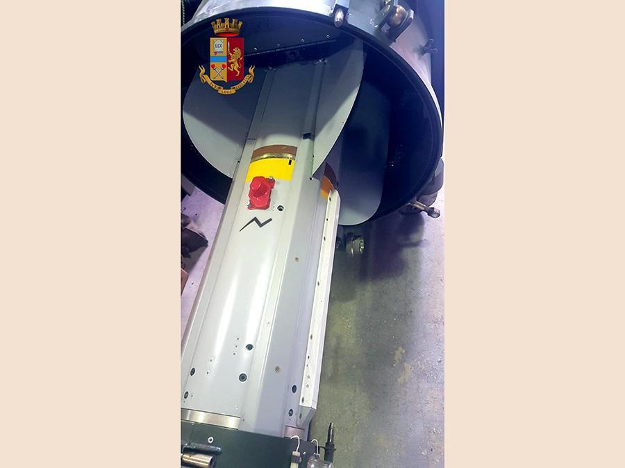 Il missile aria-aria perfettamente funzionate tra le armi sequestrate dall'Antiterrorismo della Polizia nell'ambito dell'inchiesta contro un gruppo di presunti estremisti di destra con ideologie oltranziste che in passato avrebbero combattuto nel Donbass, in Ucraina (Ansa/Polizia)