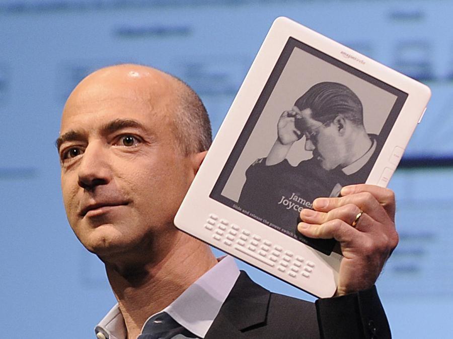 2009 - Jeff Bezos presenta il Kindle DX a New York (Photo by EMMANUEL DUNAND / AFP)