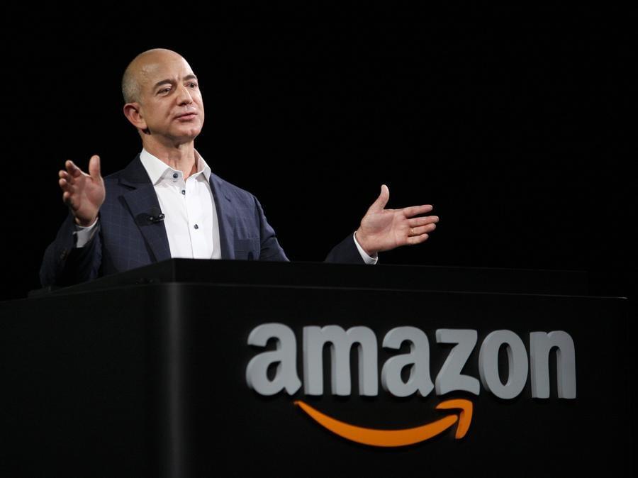 2012 - Bezos presenta i nuovi dispositivi di lettura Kindle. (David McNew/Getty Images/AFP)