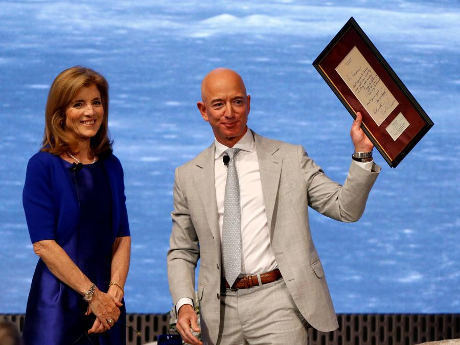 2019 - Caroline Kennedy  e  Jeff Bezos. (REUTERS/Katherine Taylor)
