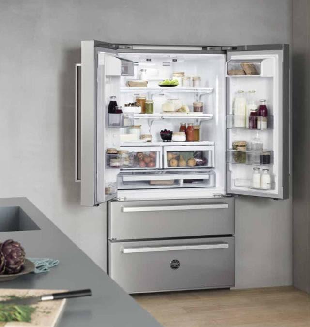 Bertazzoni, French Door da 412 litri dei quali 120 per il freezer, totalmente No Frost, in acciaio inox antimpronte, a libera installazione, con funzionamenti separati, A++, ha un utile allarme quando la porta rimane aperta. Made in Italy, riciclabile al 99 per cento