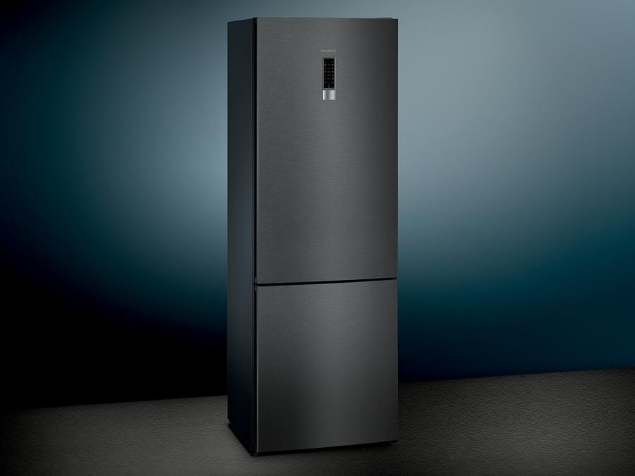 Siemens, Black Steel, combinato per cucine eleganti, per grandi provviste anche differenziate poiché ha diversi cassetti con il sistema speciale Fresh Sens che controlla e gestisce le diverse temperature e umidità secondo la tipologia degli alimenti da conservare, allungando notevolmente i tempi di una corretta conservazione