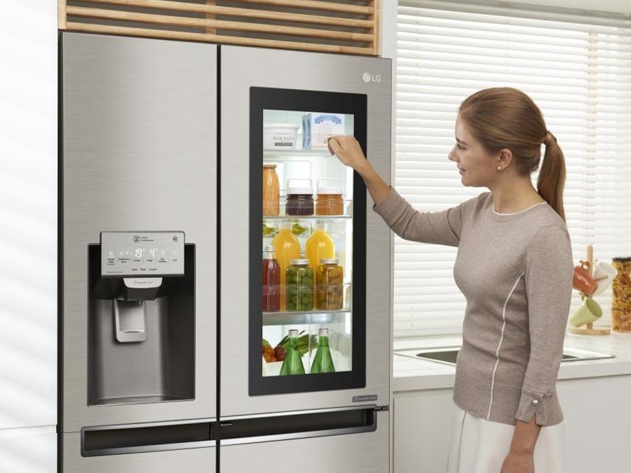 LG Electronics, Multidoor, side by side, classe A+, 371 litri netti dei quali 200 per il congelatore, No Frost, compressore di elevata efficienza e durata; grazie al sistema InstaView una delle porte ubbidisce al toc toc della mano illuminandosi così da mostrare l'interno senza dispersioni del freddo. E' gestibile a distanza grazie al sistema LG SmartTjinQ