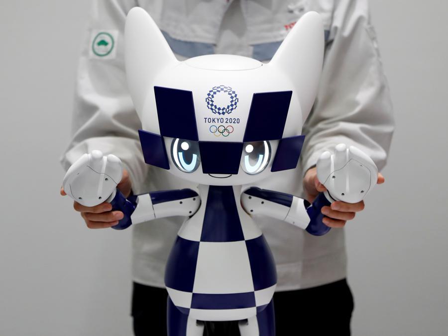 Un impiegato della Toyota Motor Corporation mostra il robot-mascotte dei Giochi Olimpici di Tokyo 2020, Miraitowa (REUTERS/Issei Kato)