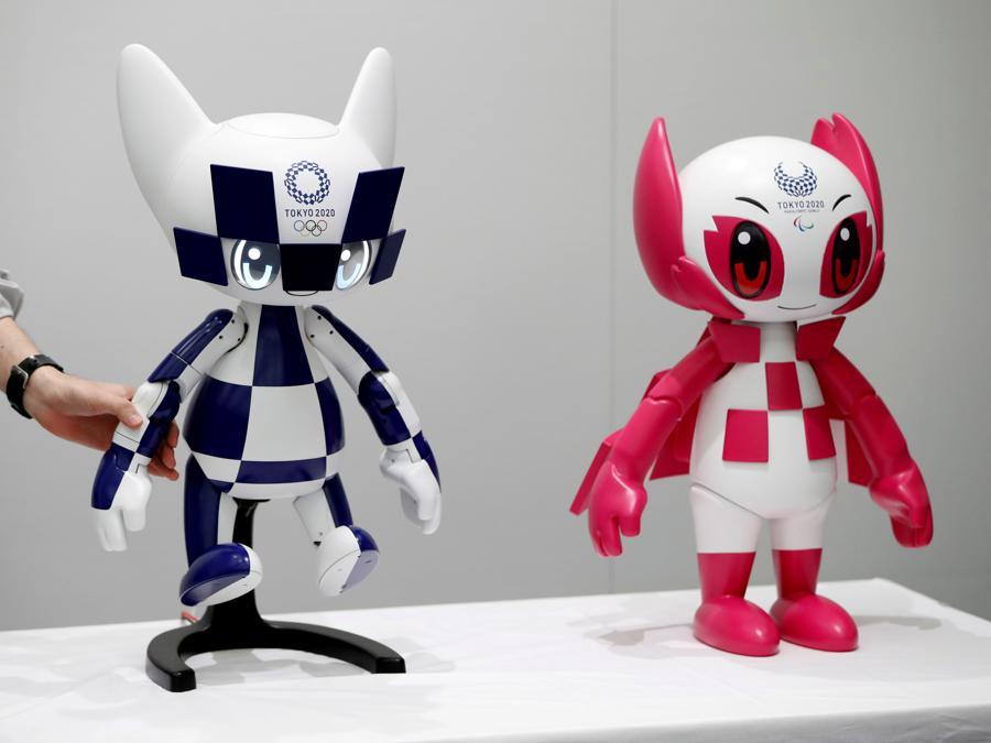 Un impiegato della  Toyota Motor Corporation dispone i due robot mascotte dei Giochi Olimpici e Paralimpici di Tokyo 2020, Miraitowa e Someity (REUTERS/Issei Kato)