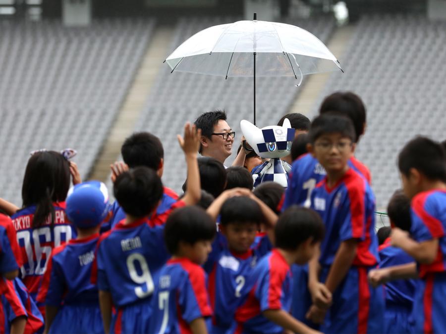 Bambini insieme alla mascotte Miraitowa (Photo by Behrouz MEHRI / AFP)
