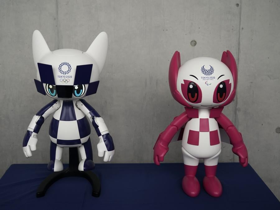 I due robot-mascotte, Miraitowa e Someity (AP Photo/Jae C. Hong)