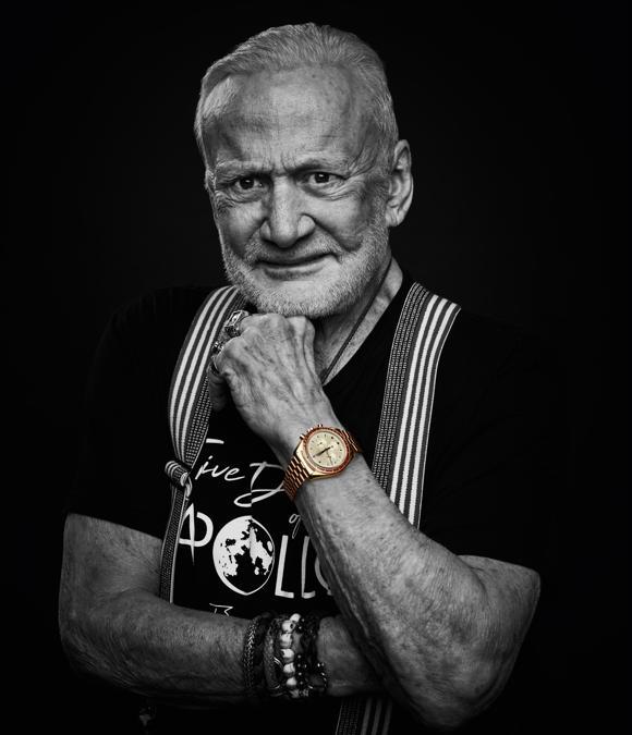 Buzz Aldrin oggi con uno dei modelli celebrativi dei 50 anni dello sbarco sulla Luna