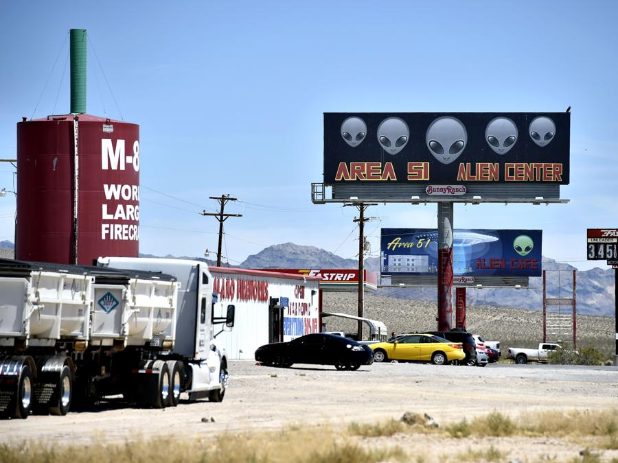 Amargosa Valley, Nevada , un cartello sull'autostrada 95 pubblicizza un minimarket chiamato Area 51 Alien Center (David Becker/Getty Images/AFP)