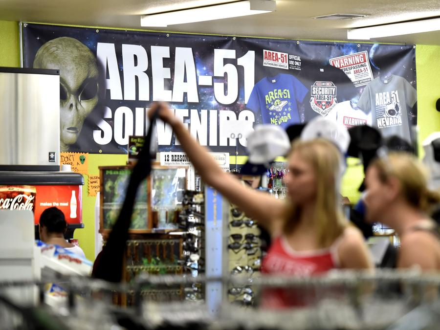 Amargosa Valley, Nevada, shopping di gadget alieni nel minimarket  Area 51 Alien Center (David Becker/Getty Images/AFP)