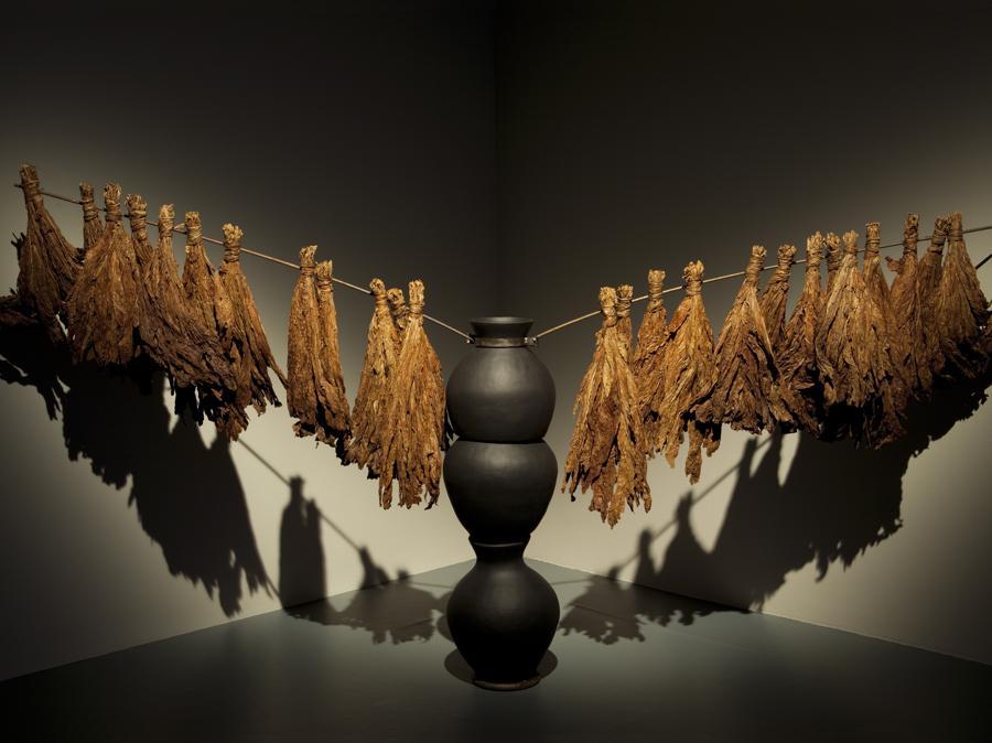 Simone Leigh, Crop Rotation, 2012, Terra cotta, pittura, acciaio e tabacco. Dimensioni variabili (© Simone Leigh; Courtesy the artist and Luhring Augustine)