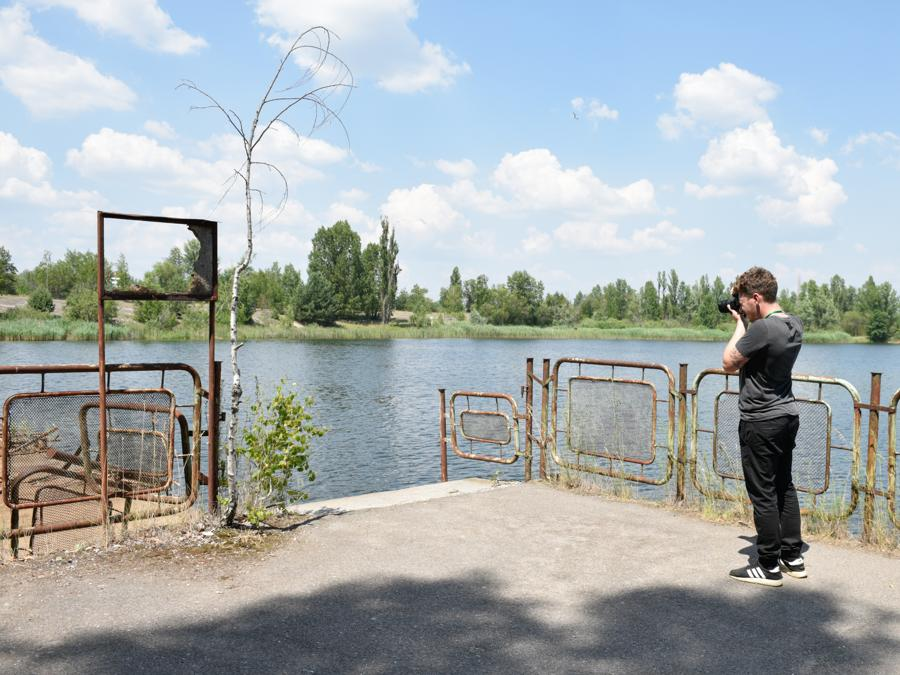 Foto ricordo dalla città in stato di abbandono di Pripyat (Stringer / Sputnik)