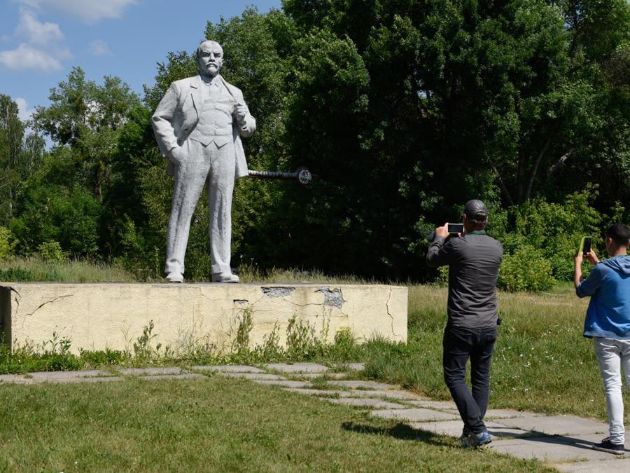 Foto ricordo della statua di  Vladimir Lenin a Pripyat (Stringer / Sputnik)