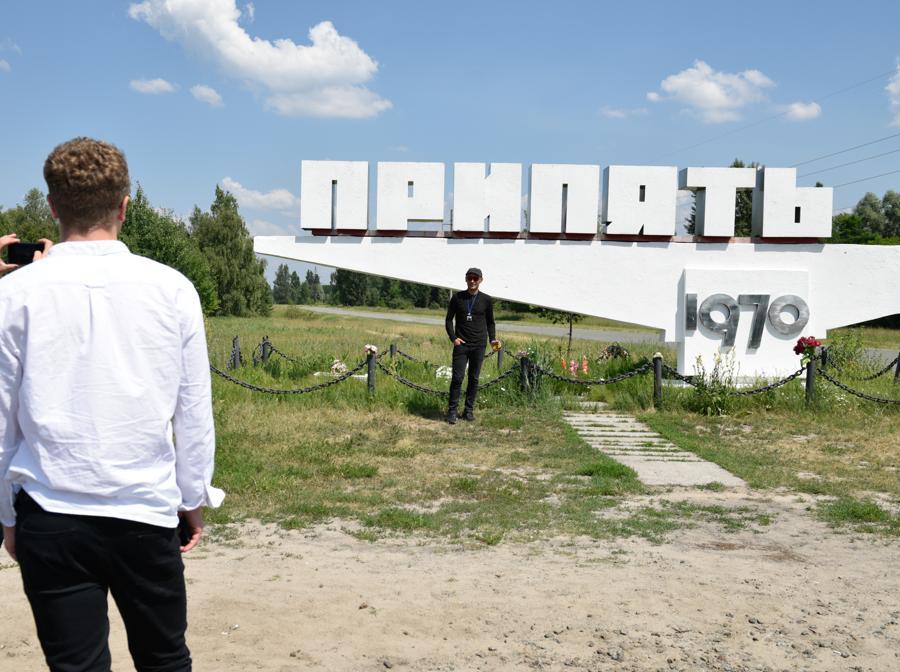 Foto ricordo davanti a un monumento a Pripyat (Stringer / Sputnik)