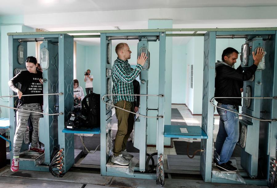 Alcuni turisti si sottopongono a uno scanner che misura la radioattività a Chernobyl (Photo by STR/NurPhoto)(Photo by STR/NurPhoto)