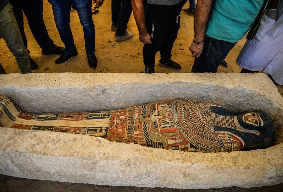 Un sarcofago, parte di una nuova scoperta effettuata a circa 300 metri a sud della piramide del re Amenemhat II nella necropoli di Dahshur, è esposto vicino alla Piramide Bent, a circa 40 km a sud della capitale egiziana Il Cairo . (Photo by Mohamed el-Shahed / AFP)