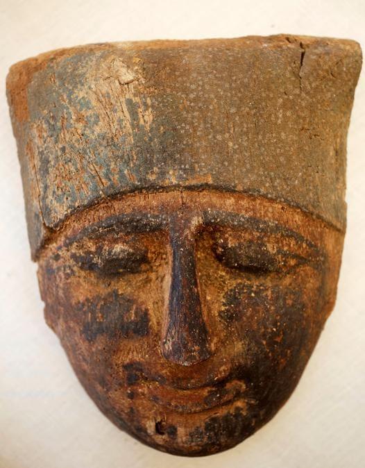 Una maschera che è stata scoperta durante gli scavi vicino alla piramide del re Amenemhat II . REUTERS/Mohamed Abd El Ghany