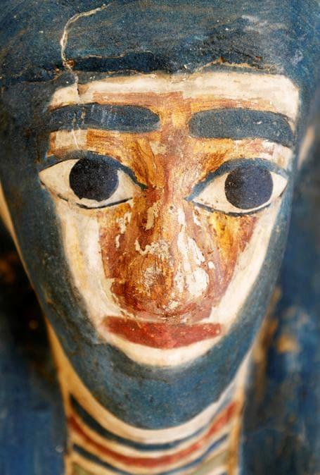 Il volto di un sarcofago scoperto durante gli scavi archeologici vicino alla piramide del re Amenemhat II . REUTERS/Mohamed Abd El Ghany