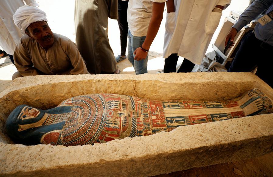 Un sarcofago che è stato scoperto durante gli scavi vicino alla piramide del re Amenemhat II . REUTERS/Mohamed Abd El Ghany